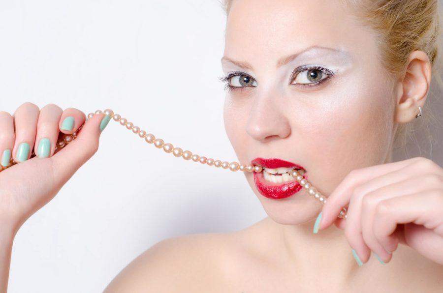 歯医者や歯磨きでは治らない!?歯の黄ばみの原因は身近にあった!オススメの予防・対策方法は?